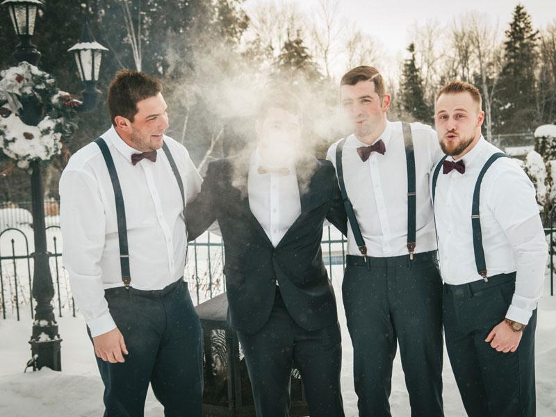 Les gars à l'extérieur en hiver