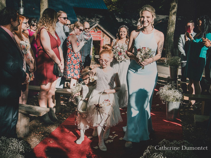 L'arrivée de la mariée à la cérémonie extérieure
