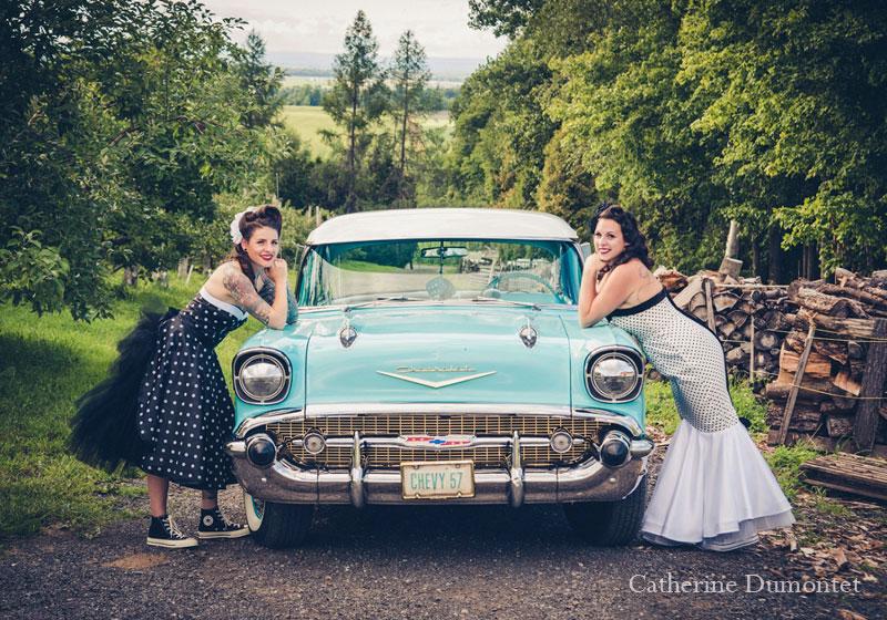 les mariées accotées sur vieille Chevy
