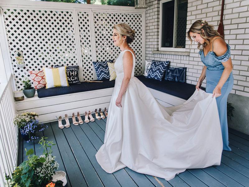 Préparation de la mariée avec dame d'honneur