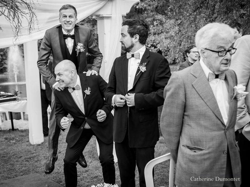 le marié surexcité à la cérémonie