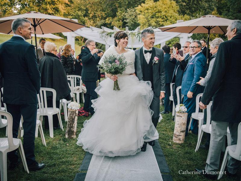 sortie des mariés pendant la cérémonie