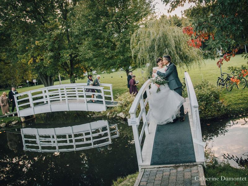 les mariés traversent un pont