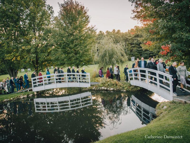 invités traversent des ponts