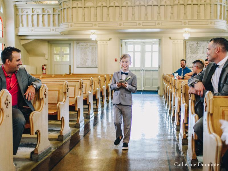 entrée des enfants à l'église Sainte-Jeanne de Chantal