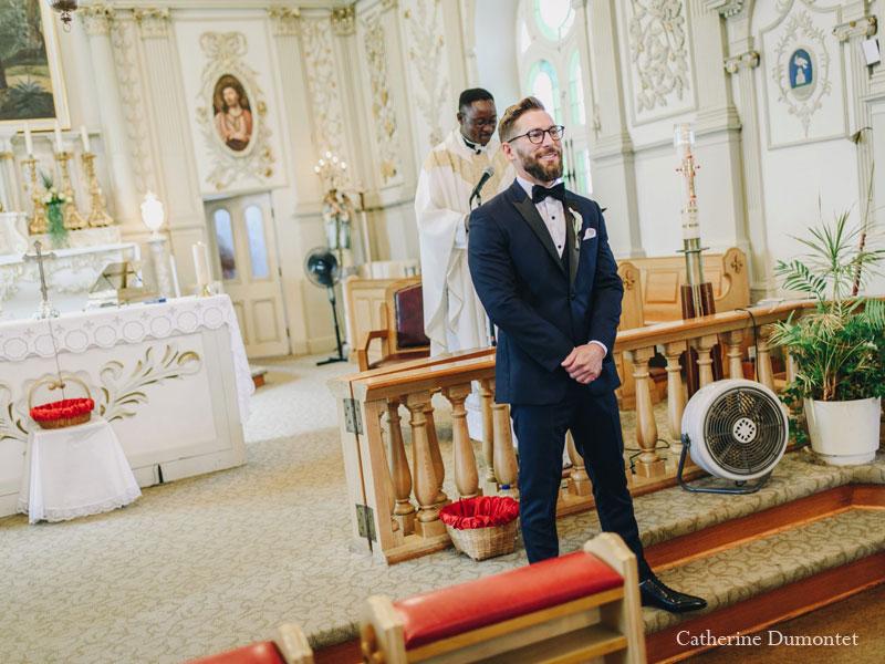 Le marié attend devant l'autel de l'église Sainte-Jeanne de Chantal
