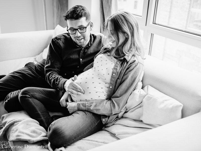futur papa joue sur le ventre de sa femme