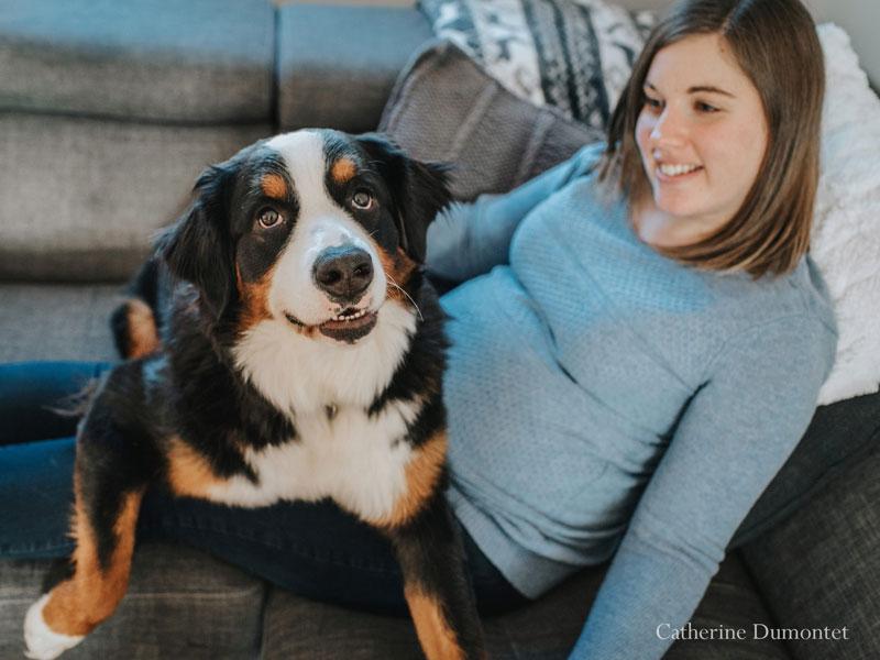 futurs maman avec sa chienne