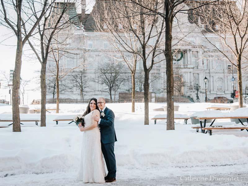 les mariés en face de l'hôtel de Ville