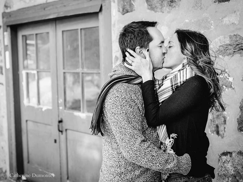 les fiancés s'embrassent