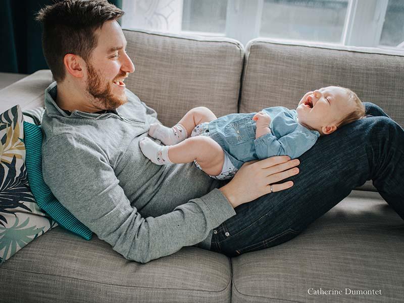 photo de bébé et papa à la maison