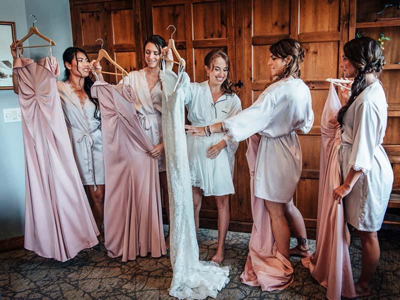 demoiselles d'honneur et mariée regardant leurs robes