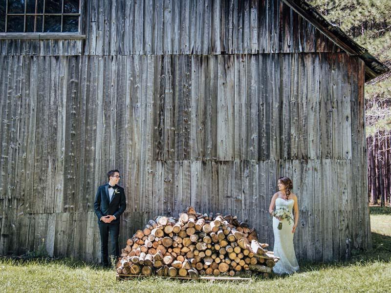 les mariés devant la grange du Grand Lodge Mont-Tremblant
