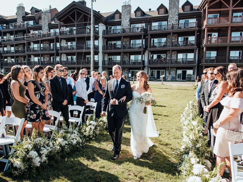 la mariée qui arrive dans l'allée