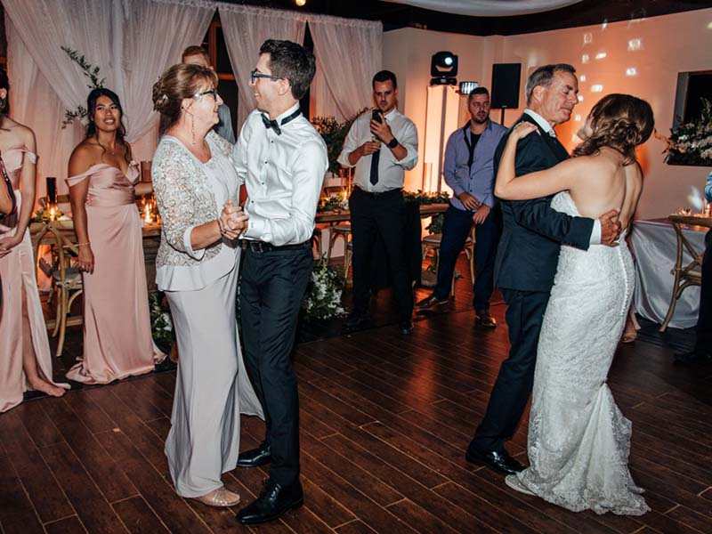 Première danse des mariés avec leurs parents
